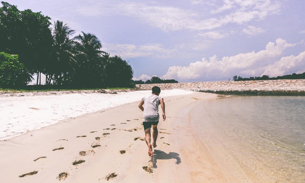 Corriendo descalzo en la playa