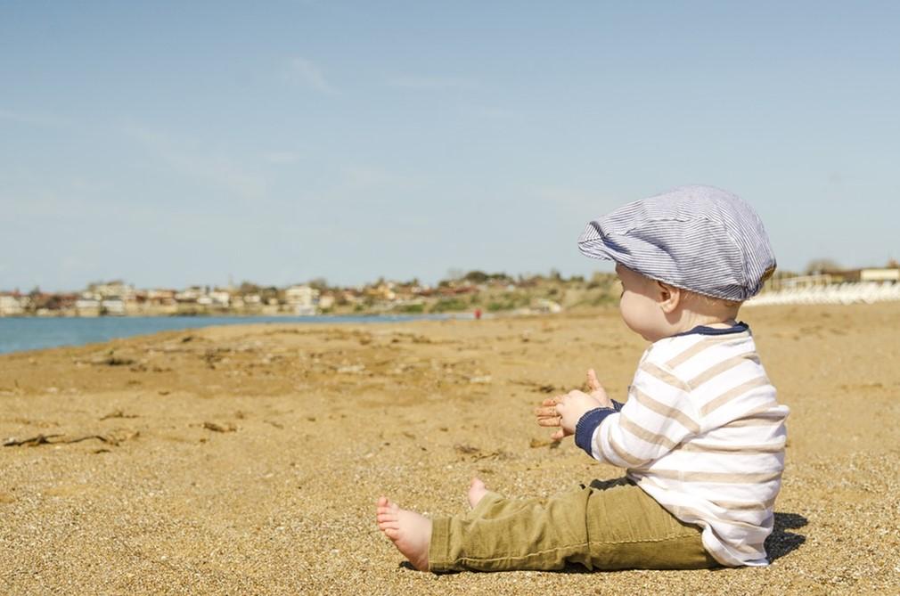 Niño descalzo en la playa