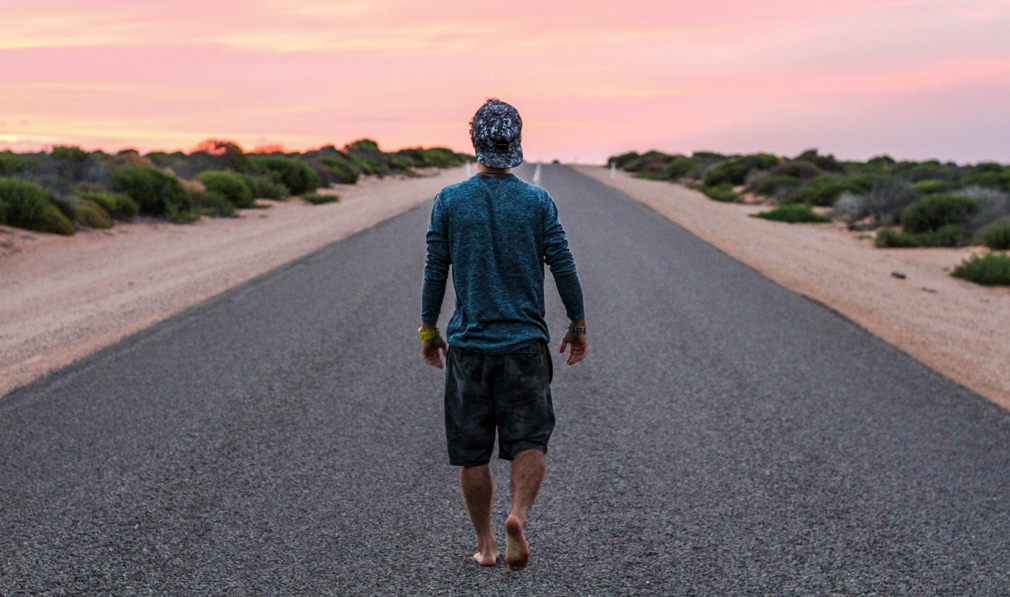 Caminando descalzo en asfalto