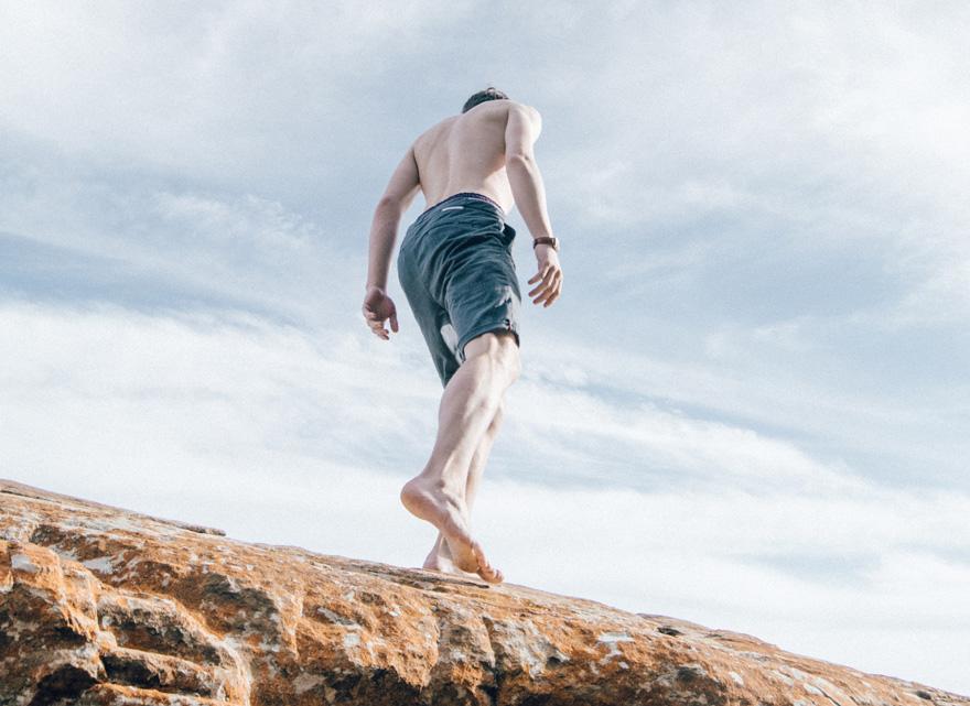 Corredor descalzos sobre rocas