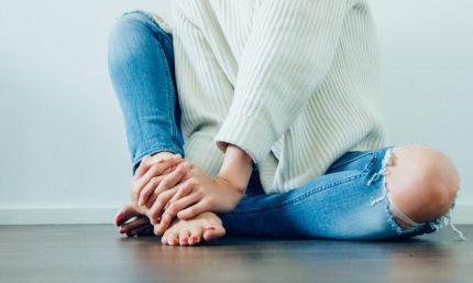 Mujer con dolor en el pie