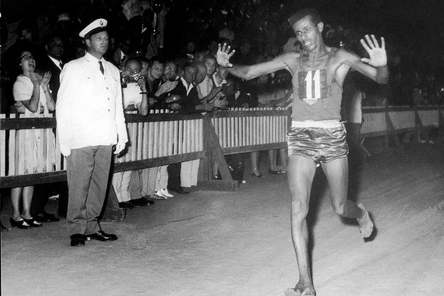 Abebe Bikila en el maratón de Roma 1960