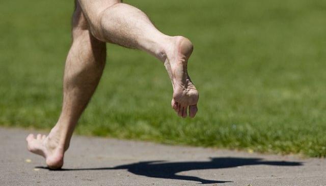 Correr descalzo y talonar