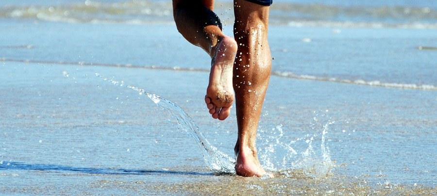 Correr descalzo en la playa