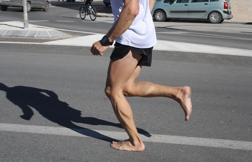 Santi Ruiz corriendo descalzo