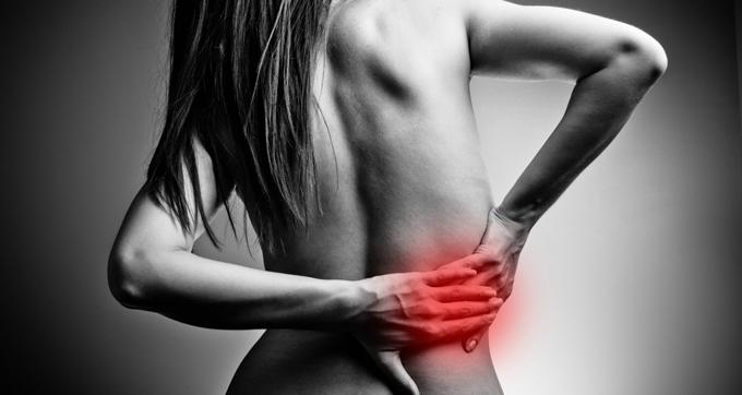 Mujer con dolor de espalda lumbar