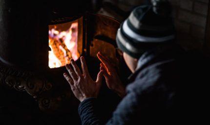 Hombre calentándose en invierno