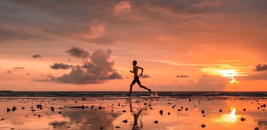 Barefoot runner en la playa