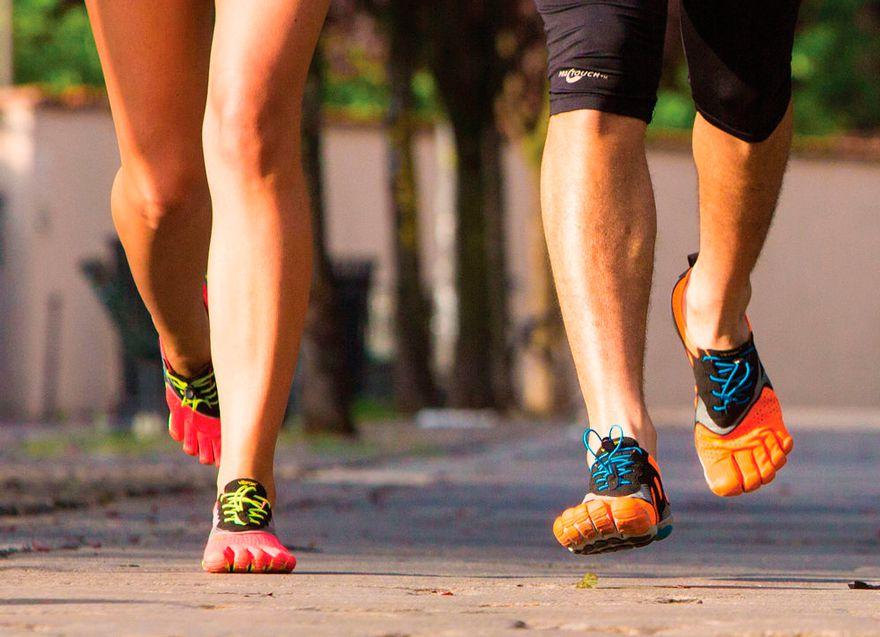 Hombre y mujer con FiveFingers V-Run